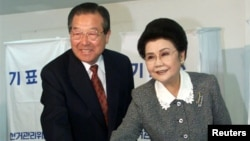 FILE - South Korea's former Prime Minister and the president emeritus of the United Liberal Democrats Kim Jong-pil, left, votes with his wife, Park Young-og, in Seoul, South Korea, April 13, 2000.