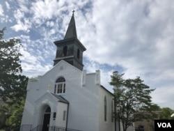 资料照片:建于1817年沿用至今的马里兰州罗克维尔圣玛利亚天主教堂因新冠病毒疫情而大门紧闭。教堂门口贴着关门通知。(2020年5月16日)