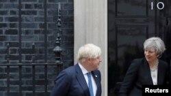 PM Inggris, Theresa May, berjalan di samping Menlu Boris Johnson, menyambut PM Ethiopia, Hailemariam Desalegn (tidak tampak dalam foto) di Downing Street sebelum pelaksanaan Konferensi Somalia, di London, Inggris tanggal 11 Mei 2017 (foto: Peter Nicholls/REUTERS)