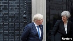 英國首相特蕾莎梅和外相約翰遜在首相府外面歡迎外賓(2017年5月11日)