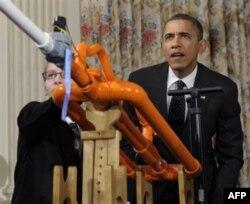 Prezident Obama o'quvchilarning ixtirolarini sinab ko'rmoqda