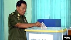 Pemimpin militer Birma, Jenderal Than Shwe saat memberikan suara di Naypyitaw, ibukota administrasi Birma, 7 November 2010.