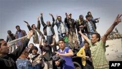 Phe nổi dậy Libya mừng thắng lợi sau khi chiếm được thành phố Ajdabiya nằm về phía nam của Benghazi, miền đông Libya, ngày 26 tháng 3, 2011.