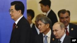 中國國家主席胡錦濤(左)與吉爾吉斯斯坦總統阿坦巴耶夫(左二)、俄羅斯總統普金(又二)、塔吉克斯坦總統拉赫莫諾夫(右),參加在在中國北京人民大會堂的舉行的上合峰會的簽字儀式。