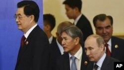 中国国家主席胡锦涛(左)与吉尔吉斯斯坦总统阿坦巴耶夫(左二)、俄罗斯总统普金(又二)、塔吉克斯坦总统拉赫莫诺夫(右),参加在在中国北京人民大会堂的举行的上合峰会的签字仪式。