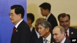 胡锦涛步入在上海举行的上海合作组织会议会场的一次签字仪式现场的照片