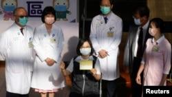 台湾总统蔡英文在台湾大学医院接种台湾自制的疫苗后出示自己的接种记录证明。(2021年8月23日)
