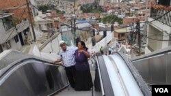 Luis Hernesto Holguín y su hermana Resfa Holguín hacen uso de las primera escalera mecánica al aire libre del mundo.