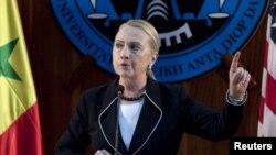 Menteri Luar Negeri AS, Hillary Clinton berpidato di Universitas Dakar di Senegal (1/8). Menlu Clinton sedang menuju Uganda dalam rangkaian kunjungan kenegaraan ke Afrika.
