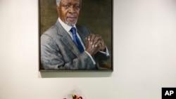 Moun Plase Yon Bouke Flè tou Pre yon Foto Kofi Annan nan Katye Jeneral Nasyon-Zuni Nan Dat 18 Out,2018. AP/Mary Altaffer