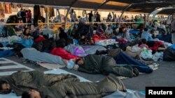 Qochqin va migrantlar supermarketning avtomobillar turadigan joyida uxlashmoqda