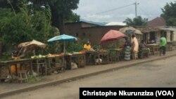 Quelques commerçants bravent la peur sur l'artère principale qui sépare les quartiers Cibitoke et Mutakura de la zone de Cibitoke à Bujumbura. Le Burundi est plongé dans une grave crise depuis que le président Pierre Nkurunziza a annoncé sa candidature en avril 2015 à un troisième mandat.
