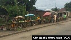 Quelques commerçants bravent la peur sur l'artère principale qui sépare les quartiers Cibitoke et Mutakura de la zone de Cibitoke à Bujumbura, Burunadi. 26 avril 2016 (VOA/Christophe Nkurunziza)