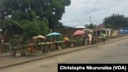 Quelques commerçants bravent la peur sur l'artère principale qui sépare les quartiers Cibitoke et Mutakura de la zone de Cibitoke à Bujumbura, Burunadi. Un an jour pour jour, la crise au Burundi d'était déclenchée avec l'annonce dela candidature du Présid