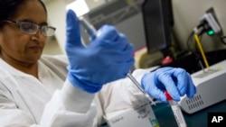 2018年2月9日实验室技术人员在乔治亚州厄普森地区医疗中心使用患者鼻液检测流感。
