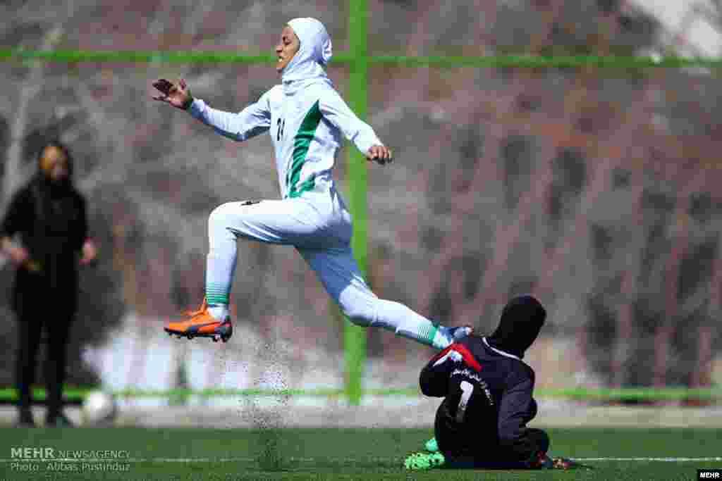 دیدار تیم های فوتبال اصفهان و ایلام در هفته پایانی لیگ برتر فوتبال بانوان عکس: عباس پشت اندوز