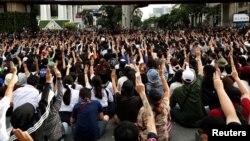 Para demonstran pro-demokrasi Thailand melakukan unjuk rasa menuntut pemerintah untuk mundur dan membebaskan pemimpin mereka dalam aksi di Bangkok, Kamis (15/10).
