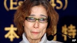 Junko Ishido, ibu jurnalis Jepang Keni Goto yang disandera oleh ISIS, berbicara dalam konferensi pers di Tokyo (23/1). (AP/Koji Sasahara)
