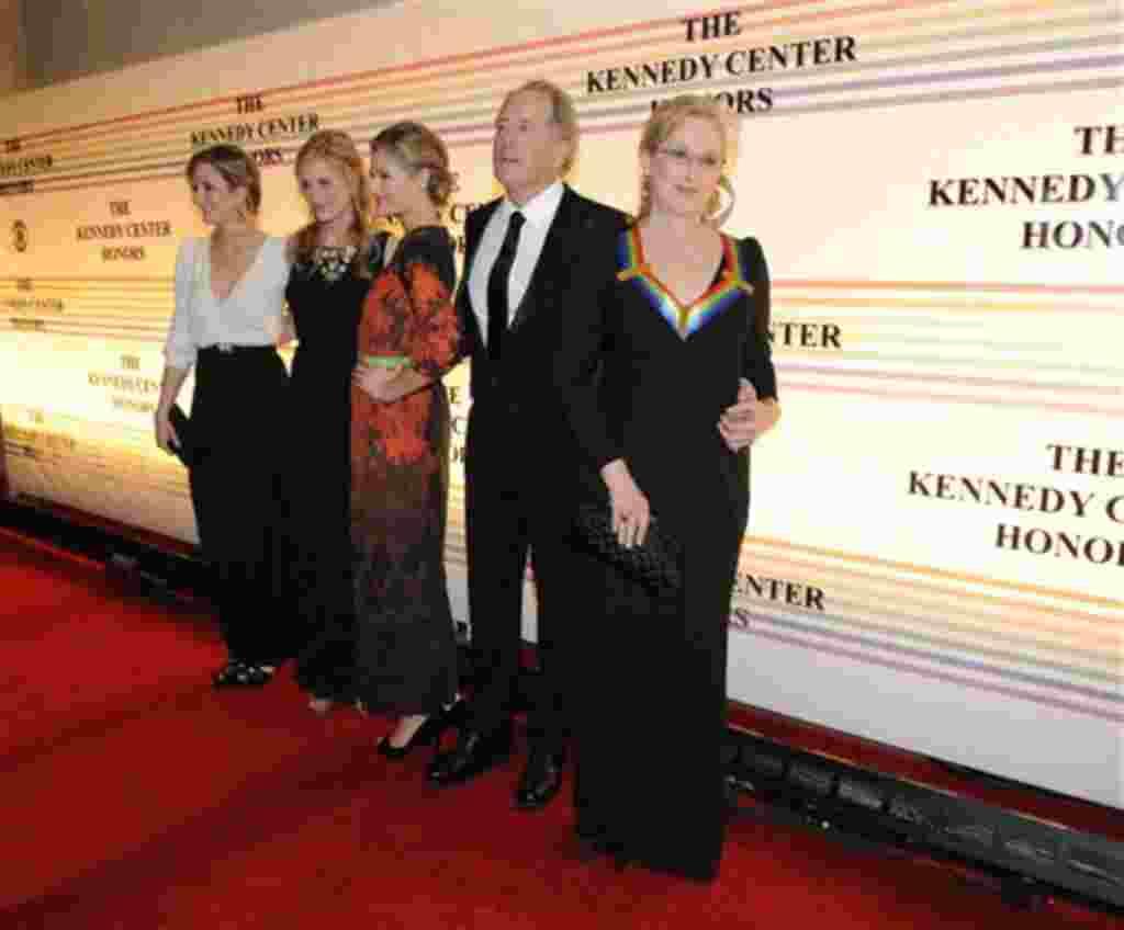 La actriz Meryl Streep llega acompañada por su familia a la gala en el Kennedy Center, en Washington.