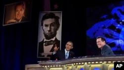 El presidente Barack obama y el presentador Stephen Colbert conversan durante la grabación de The Colbert Report en el Auditorium Lisner de la Universidad George Washington.