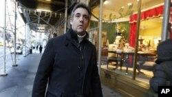 Michael Cohen, ex abogado del presidente Donald Trump, deja su edificio de apartamentos en Park Avenue, Nueva York, el viernes 7 de diciembre de 2018.