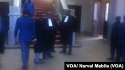 Des avocats attendent un procès au parquet général de la République à Lubumbashi, 11 mai 2016. VOA/ Narval Mabila