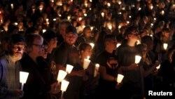 Une veillée en mémoire des victimes a été organisée à Roseburg, ville où une fusillade a fait dix morts dans une université.