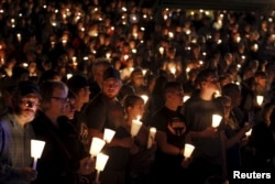 People take part in candlelight vigil following a mass shooting at Umpqua Community College in Roseburg, Oregon, Oct. 1, 2015.