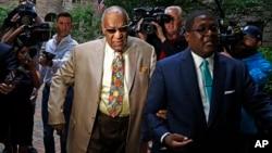 Bill Cosby (centro) llega a la selección del jurado en el caso en su contra por asalto sexual en Pittsburgh, Pennsylvania, el lunes, 22 de mayo de 2017.