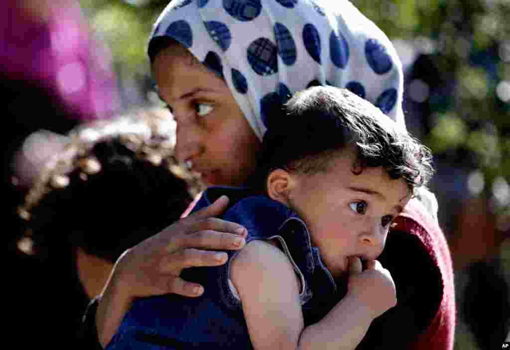 一名叙利亚难民2013年3月14日在黎巴嫩贝鲁特东南的科特尔马雅村抱着她的妹妹。