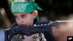 Dün Gazze'de Hamas'ın mitingine katılan oyuncak silahlı bir Filistinli çocuk