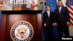 Ketua DPR John Boehner dari Fraksi Republik (kanan) bersama pemimpin mayoritas DPR Eric Cantor (kiri) dalam konferensi pers di Gedung Capitol di Washington, 8 Oktober 2013. (Foto: dok).