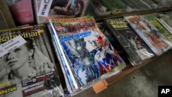 "Buku komik ""Ultraman"" terlihat di jajaran buku yang dijual di sebuah toko di Port Klang, luar kota Kuala Lumpur, Malaysia (7/3)."