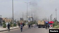 Khói bốc lên từ một vụ đánh bom xe ở quận Saydiya ở phía nam Baghdad, ngày 2 tháng 5, 2016.