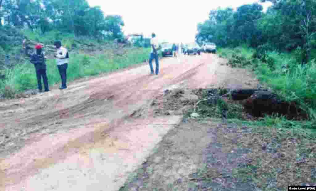 L'un des principaux axes routiers de l'Afrique centrale est paralysé en raison de l'effondrement d'un pont après de fortes pluies, causant l'arrêt total du trafic routier entre les deux grandes villes du Cameroun, Yaoundé et Douala, au Comeroun, 21 octobre 2016.