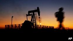 La producción petrolera disminuirá en 750.000 barriles diarios en 2016.