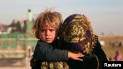 Dayikeke Sûrî û zarokê/a wê vedigerin malê