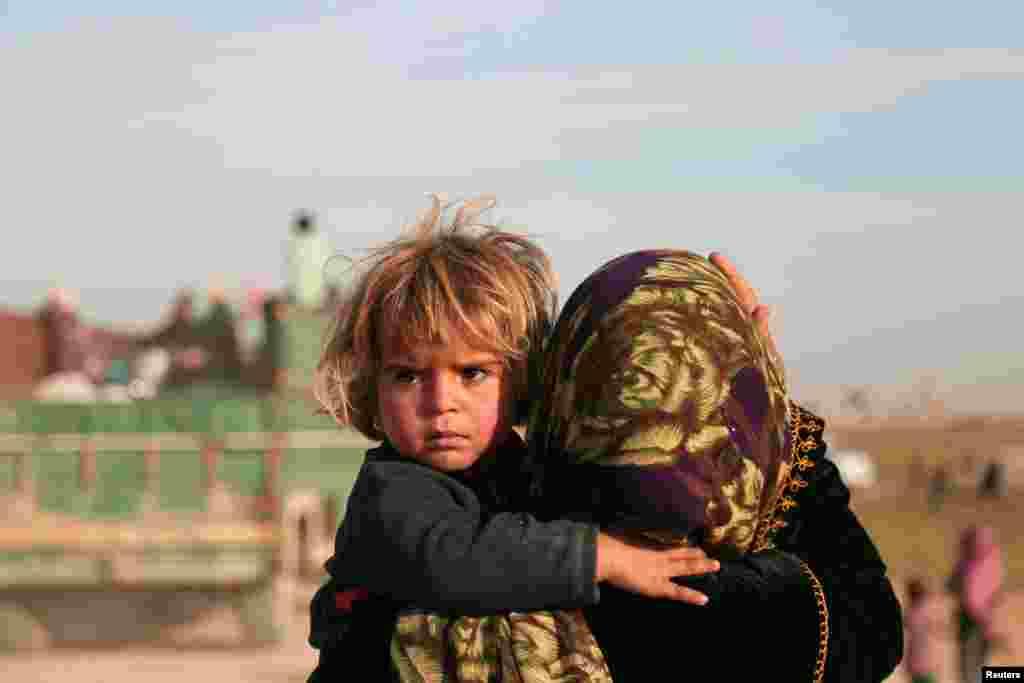 بازگشت یک مادر و فرزندش سوری به خانه خود در شهر هیشا، بعد از آزادی این شهر از دست داعش.