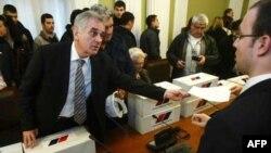 Predsednik Srpske napredne stranke Tomislav Nikolić predaje peticiju sa 304.180 potpisa gradjana za izmenu člana 100 Ustava Republike Srbije i Zakona o Vladi Republike Srbije