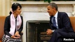 Tổng thống Hoa Kỳ Barack Obama trò chuyện với bà Aung San Suu Kyi tại Phòng Bầu dục của Tòa Bạch Ốc, ngày 19/9/2012.