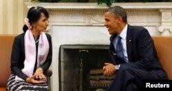 Prezident Obama Myanma muxolifati yetakchisi An San Suu Chi bilan Vashingtonda ko'rishmoqda. 2012-yil, 19-sentabr.