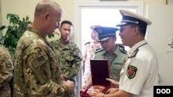 美军驻吉布提指挥官接待中国军队官员(美国国防部照片 2016年11月7日)