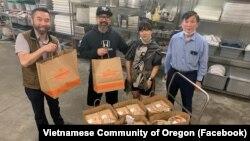 Các phần ăn do nhà hàng Bambuza Vietnam Kitchen chuẩn bị được đóng gói trước khi giao cho các nhân viên y tế tại Trung tâm Y tế Kaiser Sunnyside ở thành phố Portland, bang Oregon.
