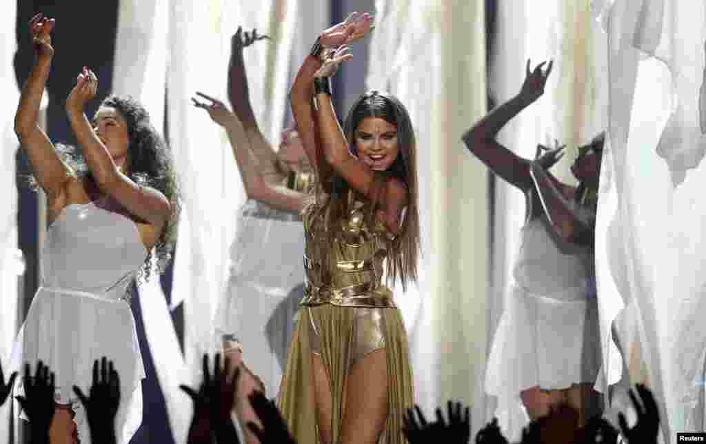 La cantante Selena Gómez encantó con su música y angelical presencia sobre el escenario. Ella interpretó a una princesa árabe en la entrega de los Premios Billboard en Las Vegas.
