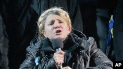 율리아 티모셴코 전 우크라이나 총리가 22일 석방돼 수도 키예프 독립광장에서 연설하고 있다.