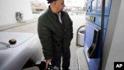 El galón de gasolina regular se vende ahora a $3,73 como promedio en el país. Hay sitios donde hay que pagarlo a $4 o más.