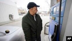 Các công ty xăng dầu cảnh báo rằng quy định này có thể làm xăng tăng trên 9 xu cho một ga-lông, gần 4 lít.