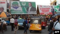 Les affiches électorales des deux candidats à la présidentielle, Julius Maada Bio et Samura Kamara, qui s'affronteront lors du second tour des élections du 27 mars, dans le centre de Freetown le 12 mars 2018.