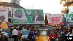 Les affiches électorales de Julius Maada Bio et Samura Kamara, les deux candidats au second tour de la présidentielle du 27 mars, à Freetown, le 12 mars 2018.