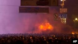 Người biểu tình đụng độ với cảnh sát trong trung tâm thủ đố Kyiv, Ukraina, 1/20/14. Người biểu tình tấn công cảnh sát với gây, đá, pháo sáng sau khi luật mới được thông qua nhằm dập tắt các cuộc biểu tình phản đối